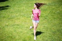 做跑的妇女户外 免版税库存图片