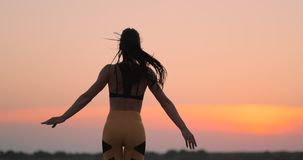 做跳跃运动或星跃迁锻炼的愉快的健身妇女在海边户外,拷贝空间 解决在海滩的女孩 影视素材