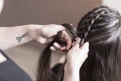 做辫子的美发师 图库摄影