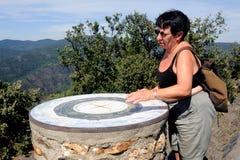 做远足的妇女在Cevennes国家公园 免版税图库摄影