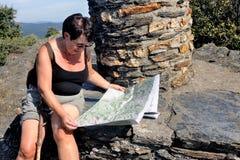 做远足的妇女在Cevennes国家公园 图库摄影