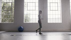 做速度敏捷性梯子钻子锻炼的妇女在健身演播室 股票视频