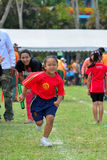 做配合的孩子和父母赛跑幼儿园体育天 图库摄影