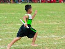 做配合的孩子和父母赛跑幼儿园体育天 免版税库存照片