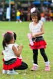 做配合的孩子和父母赛跑幼儿园体育天 库存照片
