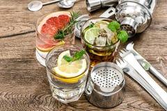 做酒吧工具,振动器,玻璃的果汁饮料鸡尾酒 免版税图库摄影