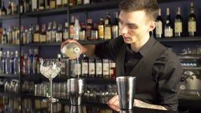 做酒精饮料的男服务员 影视素材