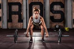 做重的deadlift锻炼的女孩 库存图片