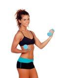 做重量的美丽的妇女定调子她的肌肉 免版税库存照片