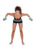 做重量的美丽的妇女定调子她的肌肉 图库摄影