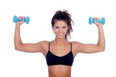 做重量的美丽的妇女定调子她的肌肉 库存照片