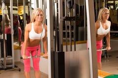 做重量训练的妇女 免版税库存图片