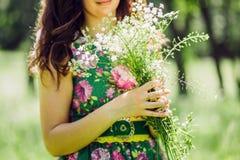做野花花束的女孩 库存图片
