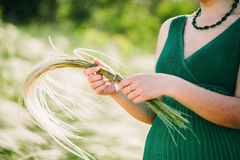 做野花花束的女孩 免版税图库摄影