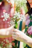 做野花花束的女孩 免版税库存图片