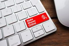 做金钱与文本的网上概念写在一个白色键盘的输入键 库存照片