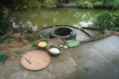 做钟由老井和池塘结块,越南传统月球新年食物的成份, 免版税图库摄影