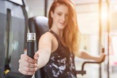 做锻炼用锻炼设备的年轻白种人妇女和 图库摄影