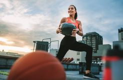 做锻炼的健身妇女使用药丸 库存照片