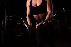 做锻炼的健身房的坚强的运动的女孩 免版税库存照片