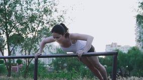 做锻炼的年轻女运动员户外 影视素材