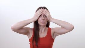 做锻炼的微笑的深色的妇女画象减少在眼眉之间的皱痕 股票视频