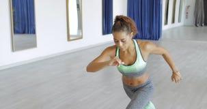 做锻炼的被集中的女运动员 免版税图库摄影