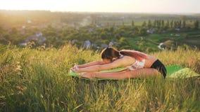 做锻炼的运动妇女室外 股票视频