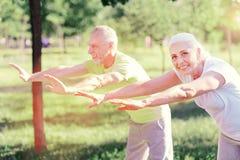 做锻炼的高兴朋友在公园 库存图片