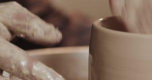 做陶瓷产品的主要陶瓷工的手在横式转盘特写镜头 手工制造,工艺 股票录像