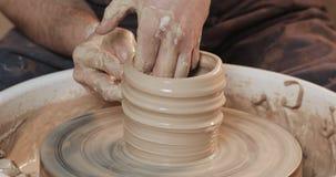 做陶瓷产品的主要陶瓷工的手在横式转盘特写镜头 手工制造,工艺 股票视频