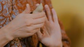 做陶瓷纪念品便士口哨的妇女陶瓷工在瓦器车间 影视素材