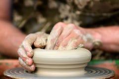 做陶瓷罐的陶瓷工在瓦器轮子 免版税库存照片