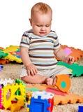 做难题的婴孩 儿童竖锯开发孩子 库存照片