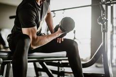 做集中的健身人卷曲锻炼解决 免版税库存图片