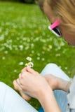 做雏菊链环的女孩 免版税库存照片