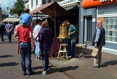 做雕塑的街道艺术家黏土 免版税库存照片