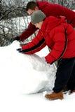 做雪人儿子的父亲 库存图片