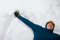做雪天使的人 免版税库存图片