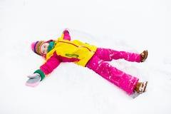 做雪天使的子项 孩子戏剧在冬天公园 库存照片