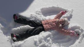 做雪天使的美丽的女孩 股票录像