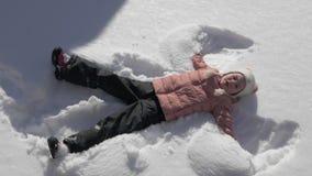 做雪天使的美丽的小女孩 股票录像