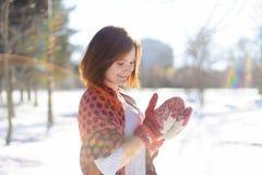 做雪球的女孩在冬天 免版税库存图片