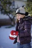 做雪球的女孩 免版税图库摄影