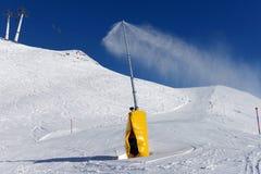 做雪的雪大炮 免版税库存照片