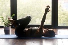 做静脉曲张治疗锻炼的年轻运动的妇女 免版税库存图片
