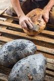 做面包传统方式-清洗被烧焦的cru 免版税库存图片