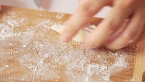 做面团和在家烹调健康食品的妇女 股票视频
