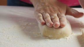 做面团和在家烹调健康食品的妇女 影视素材