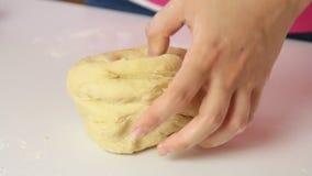 做面团和烹调健康食品的厨师在厨房里 影视素材